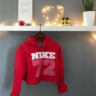 Avklippt Nike hoodie från början storlek L  Modern & bra kvalité Minns inte varifrån den är köpt då det var länge sen, finns absolut inte i affär.