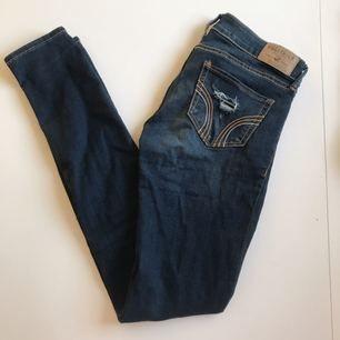 Supersnygga slitna Hollister jeans i 0S (W24 L29) passar XS! Mycket fint skick, köparen står för frakten ❣️