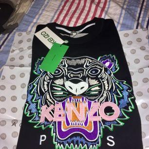 Kenzo tröja, aldrig använd till och med lappar (syns på bilden) Äkta såklart och kvitton finns.  Köpt för: 2099