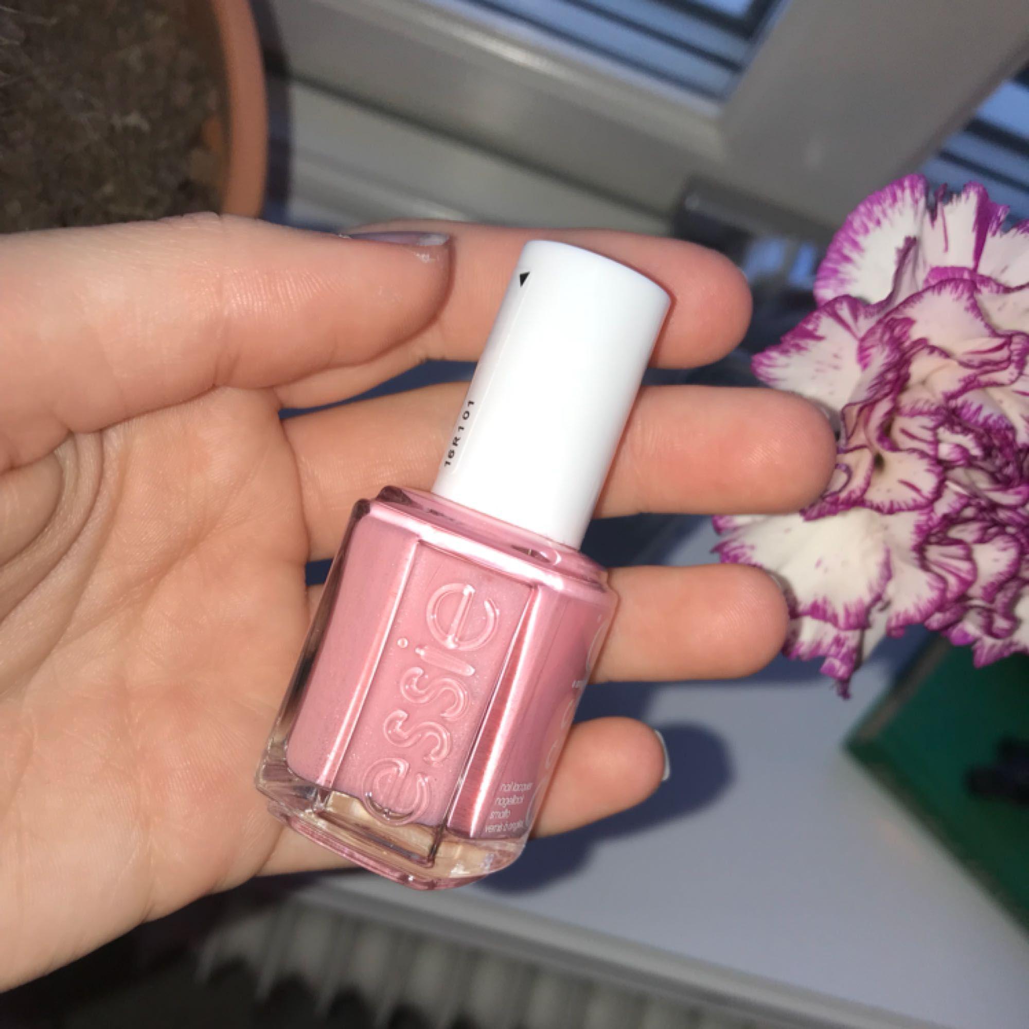 """Ett jätte fint nagellack från essie. Det är en fin ljus rosa färg med jätte lite skimmer i. Det är i färgen """"june in Bloom"""".  Du står för frakten, kan mötas upp i Uddevalla. Kontakta mig för mer bilder. . Accessoarer."""