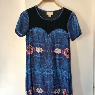 Jättefin sidenklänning med transparent tyg upptill och fickor i sidan. Ida Sjöstedt design för Monki. Använd fåtal gånger, i helt skick.