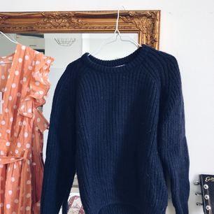 Marinblå tröja i ylle. Varm och skön!