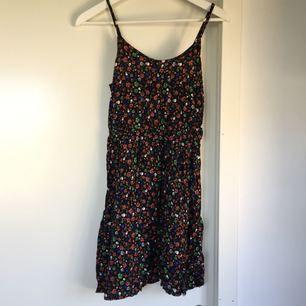 Somrig klänning med döskalle mönster och blommor. Tunt tyg så passar perfekt till vädret!  Fint begagnat skick.