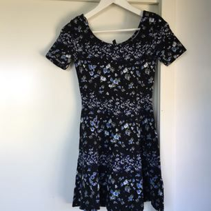 Jättefin klänning med blommönster, kommer tyvärr inte till användning. Fint begagnat skick!