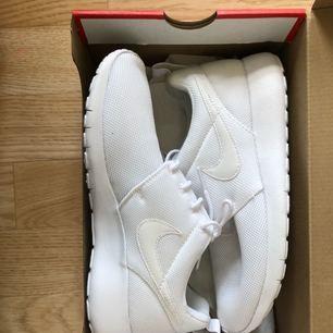 Säljer mina helt oanvända skor från Nike, modellen Roshe run!