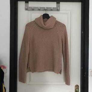 Stickad smutsrosa tröja med hängande krage från Gina tricot. Använd några gånger.  Jag kan mötas upp i Mariestad, annars står jag för frakten.