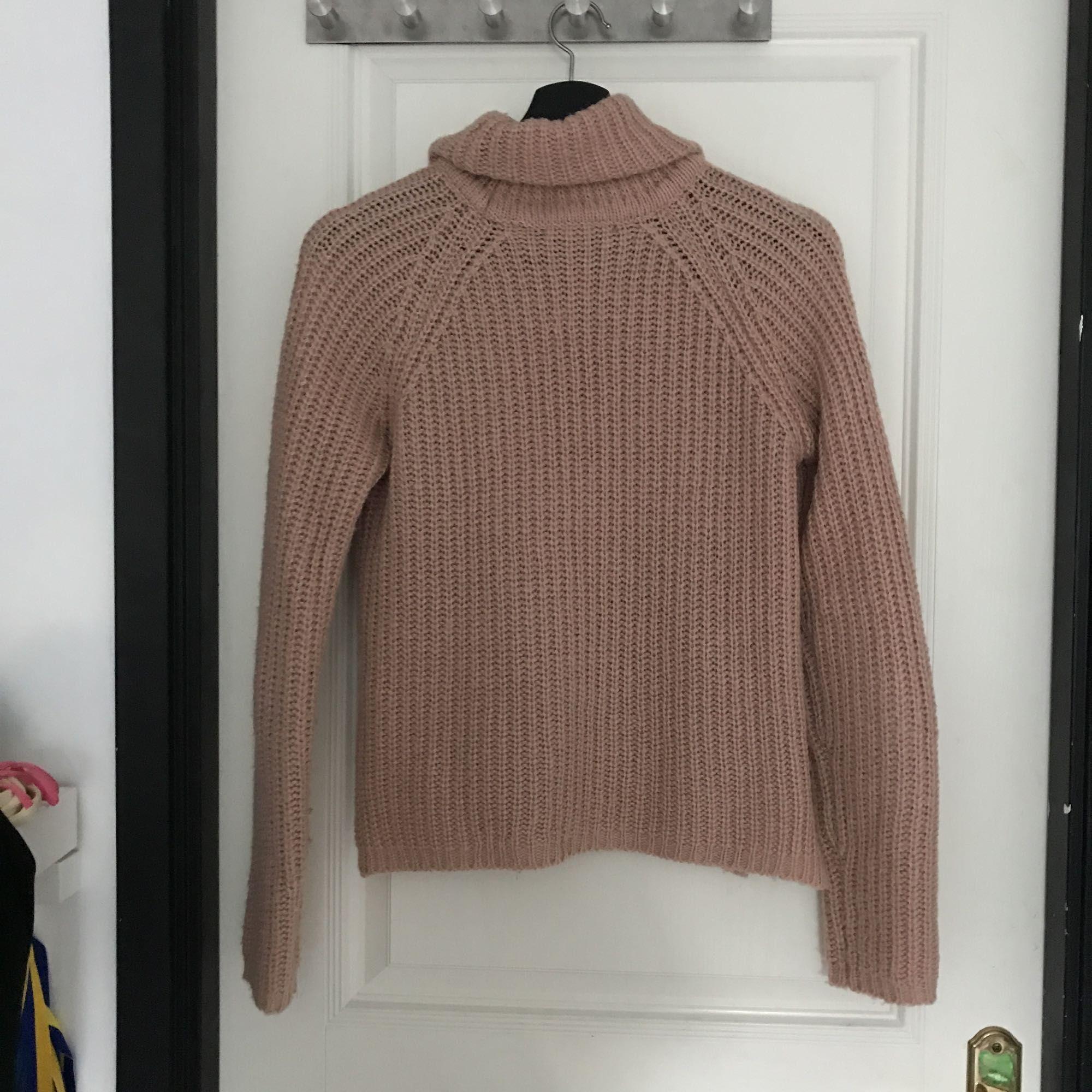 Stickad smutsrosa tröja med hängande krage från Gina tricot. Använd några gånger.  Jag kan mötas upp i Mariestad, annars står jag för frakten. . Stickat.