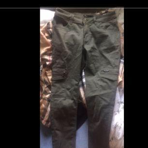 Cargo jeans som jag fick av min syster men endast provade eftersom de va för små, skrynkliga eftersom de bara har legat i garderoben☺️