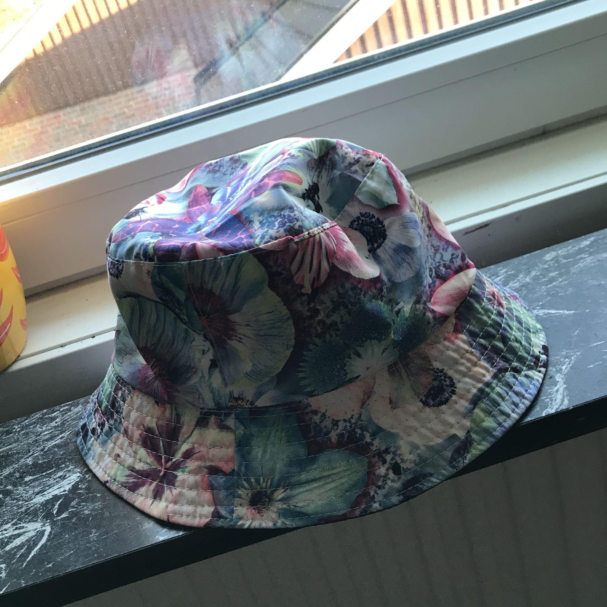 Blommig fiske hatt köpt på forever 21. Använd 1-2 gånger men den är som ny.   Kan mötas upp i Mariestad, annars bjuder jag på frakten.. Accessoarer.