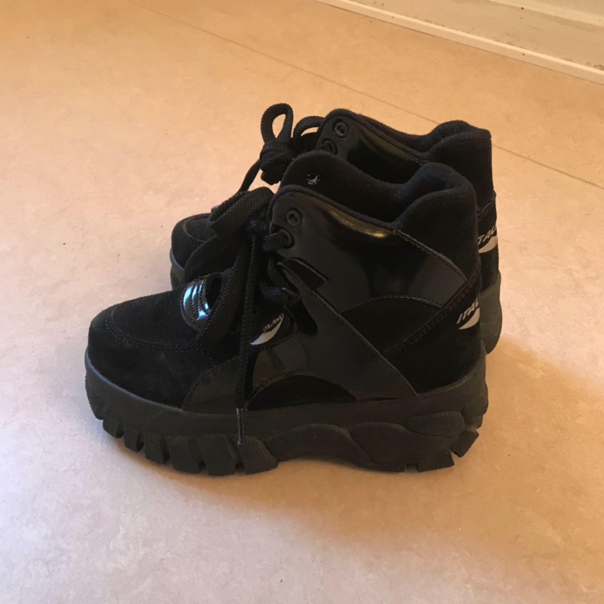 Fina skor med lite platå, köpta här på Plick! Jättefint skick!  Möts gärna upp om du bor i Stockholm! :-) . Skor.