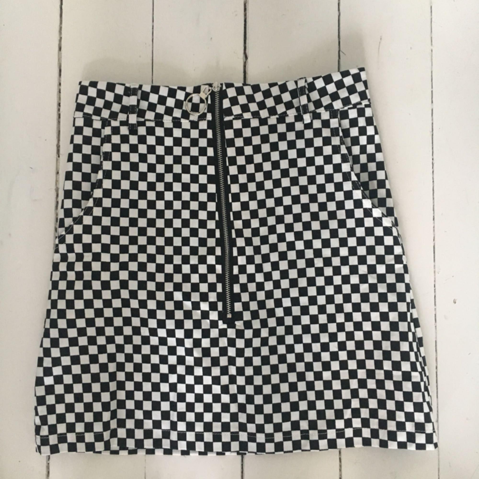 Svinball kjol. Aldrig använd. Köparen står för frakt🕺🏻. Kjolar.