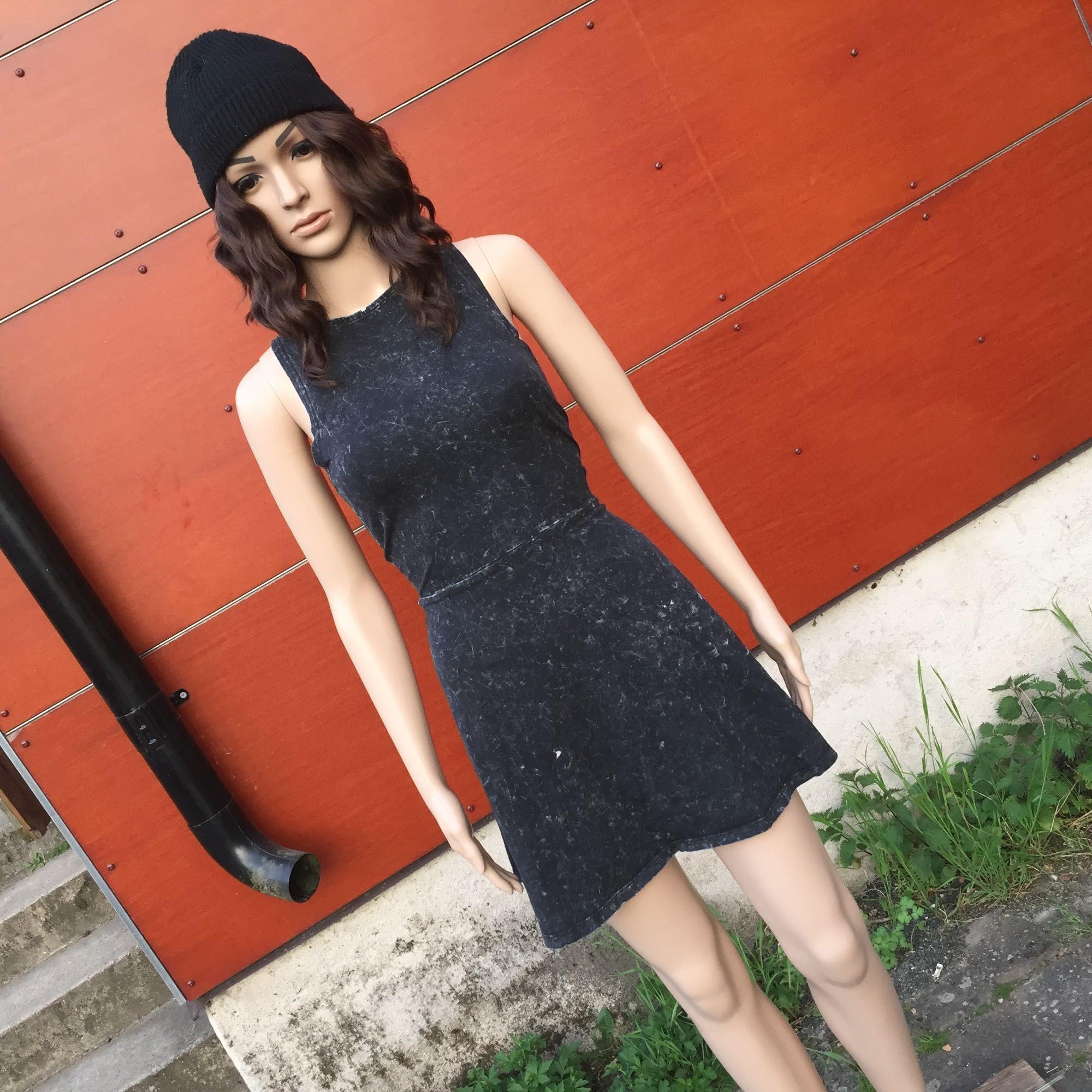 Skateklänning i gråspräckt mönster 🌸 FRAKT INGÅR I PRISET . Klänningar.