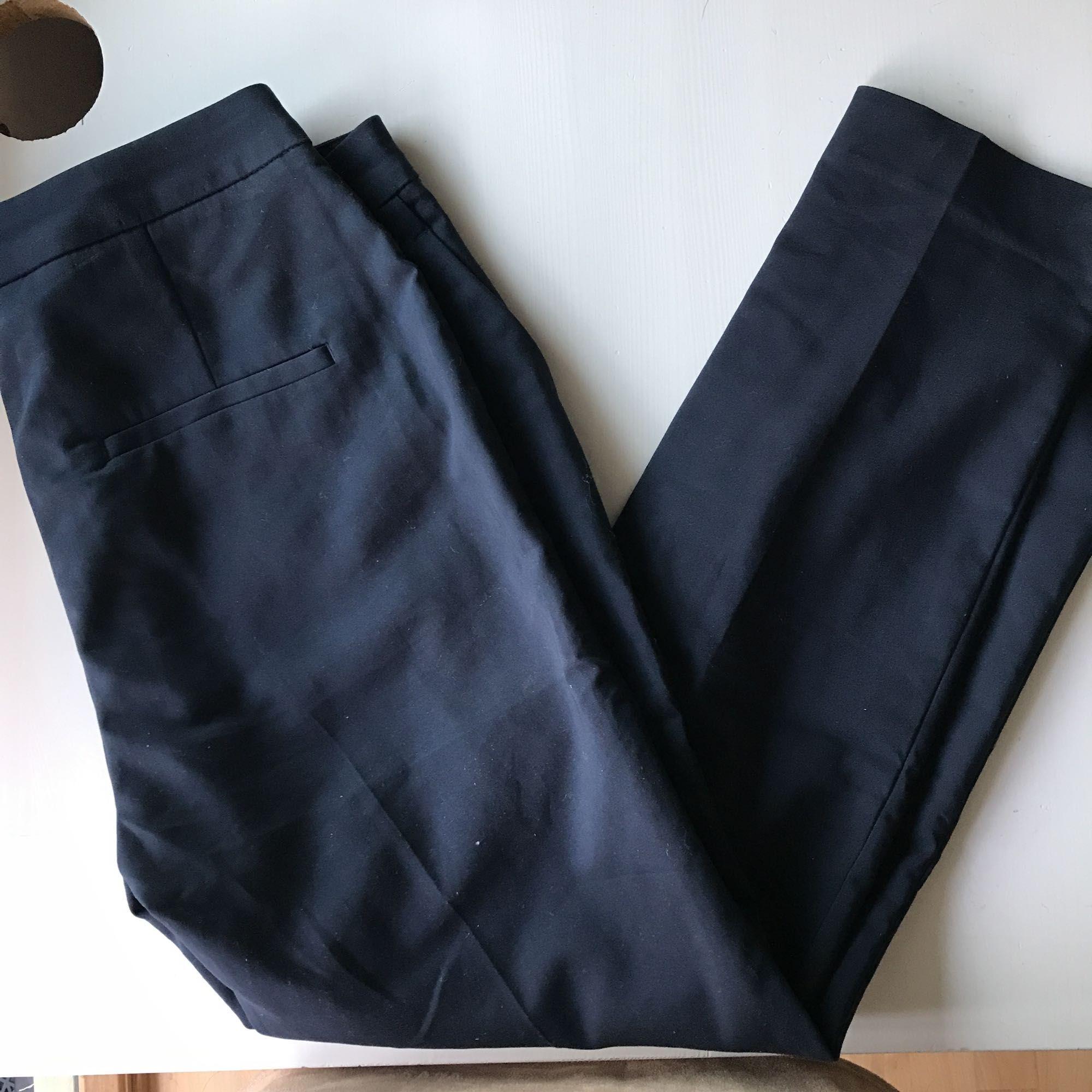 Jäkligt snygga kostymbyxor från H&M😍 de är storlek 36 men jag vill ha dom tajtare så är lite stora tyvärr:(. Dom ser tajta ut men har dragit åt dom lite för bättre bilder👍🏼 frakt: 55kr. Jeans & Byxor.