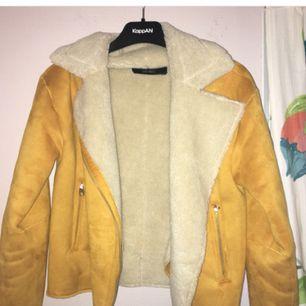 Fodrad gul jacka från Zara, använt enstaka gånger, mycket fint skick! Fickorna går att använda. Står att det är XS men skulle snarare säga att den passar som en storlek S.  Frakten kostar 50kr!