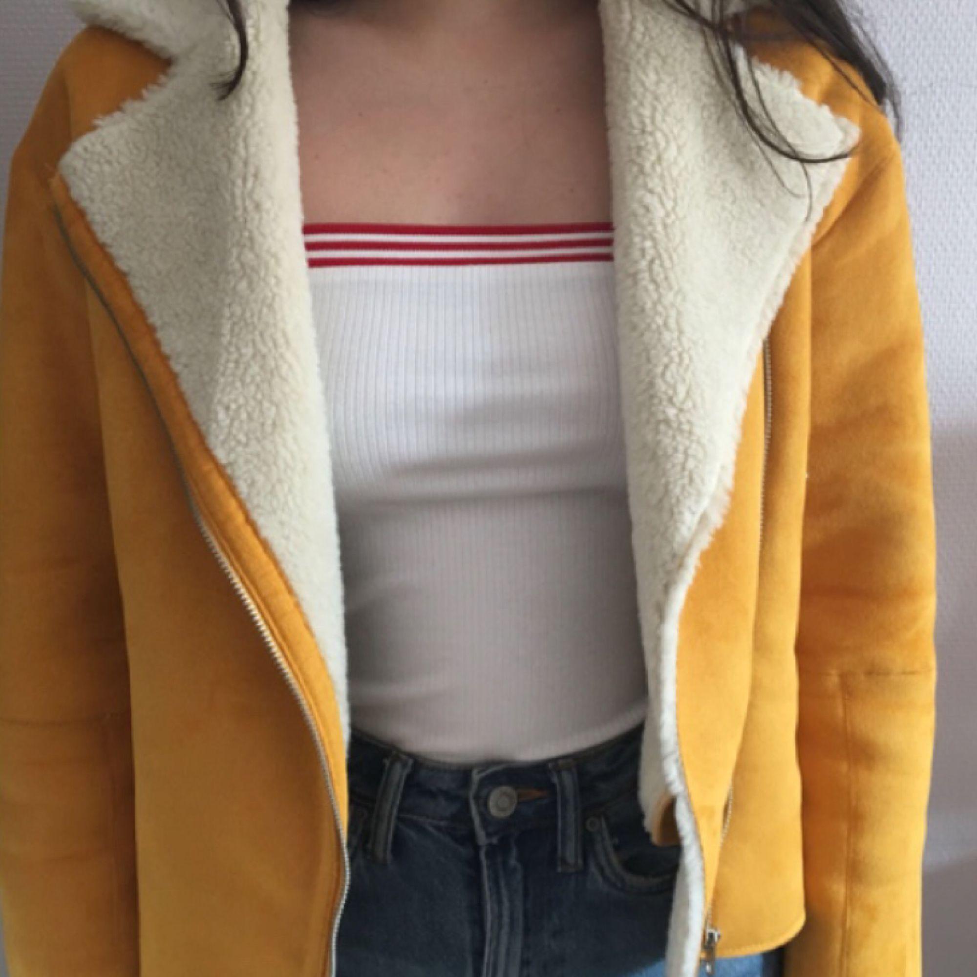 Fodrad gul jacka från Zara, använt enstaka gånger, mycket fint skick! Fickorna går att använda. Står att det är XS men skulle snarare säga att den passar som en storlek S.  Frakten kostar 50kr!. Jackor.