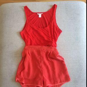 Fladdriga shorts i silkigt material. Fickor fram och dragkedja bak. Sparsamt använda i fantastisk färg och kvalité. Betalning via Swish, frakt på 39:- tillkommer.
