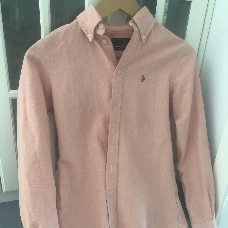 Skjorta från Ralph Lauren storlek XS, passar även S. Max använd 5 gånger.. säljes då den inte passar längre . Skjortor.