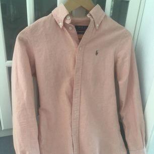 Skjorta från Ralph Lauren storlek XS, passar även S. Max använd 5 gånger.. säljes då den inte passar längre