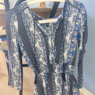 Mönstrad, somrig blus från H&M. Fint skick, jättefin på! 💫