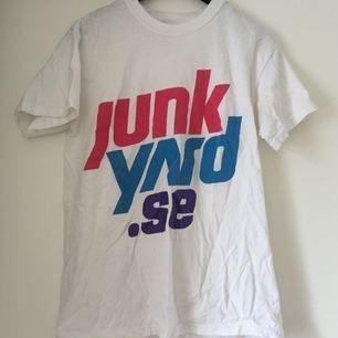 T-shirt från Junkyard med oldschool logga! Fint skick men svag missfärgning, syns ej när man har den på Frakt inkl *se profilbeskrivning*