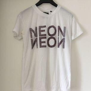 T-shirt från Saints and Mortals. Askön tröja, dock svag missfärgning, syns ej när man har den på Frakt inkl *se profilbeskrivning*