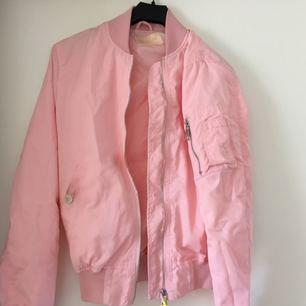 Tunn rosa bomber använd 1 gång. En mindre fläck på fickan, tror dock den går bort i tvätten!  Frakt inkl *se profilbeskrivning*