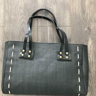 En fin svart stråväska till salu. Köpare står för frakten.