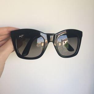 Riktigt snygga klassiska solglasögon! Har polariserat glas vilket gör att dom ger ett underbart skönt ljus! Inköpta i maj 2017, aldrig använda. Kvitto finns och fodral tillkommer.   Nypris 2600. Priset går att diskutera. Ser gärna möte i Göteborg!