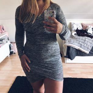 Gråmelerad klänning från NLY TREND som formar sig fint efter kroppen. Endast använd ett fåtal gånger. Betalning via swish, köpare står för frakten.