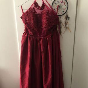 Priset kan diskuteras. Vinröd balklänning som aldrig använts, endast testad. Den är special sydd så att den är lite kortare men den går ändå över tårna på mig som är 157    cm. Storleken är precis emellan S och M men den skulle nog passa ett M mer.