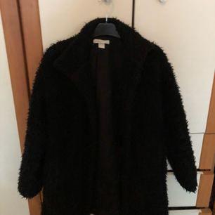 Fluffig svart jacka köpt från h&m ett år sen, köparen står för halva frakten :)