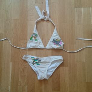 Bikini i surfmärket Roxy, köpt i London och tillverkad i Frankrike. Storlek XS.