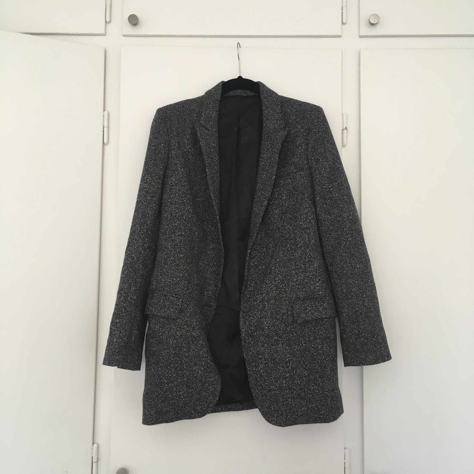 Kavaj i något längre modell och lätt oversize från Zara (klippt bort märket i nacken). Använd max 2 gånger. Swish eller överföring på konto, frakten tillkommer:). Kostymer.