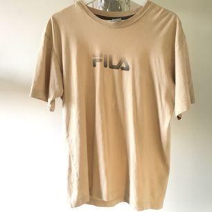 36ba10a2ec0 Snygg beige tisha från Fila köpt på humana, vintage men bra skick! Jag har