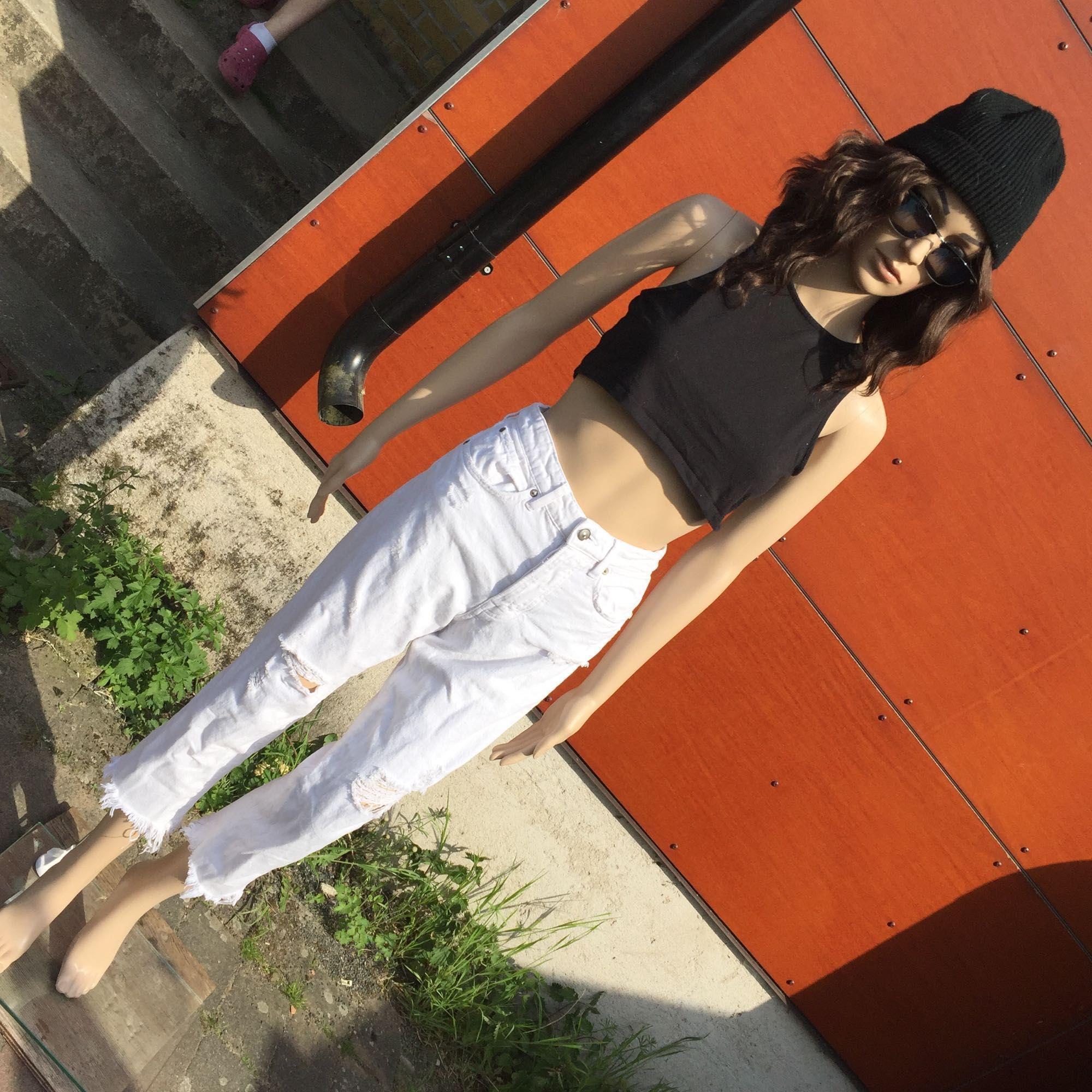 Highwaisted vita jeans med hål 🌸 FRAKT INGÅR I PRISET. Jeans   Byxor. cc2b3e75da8d3