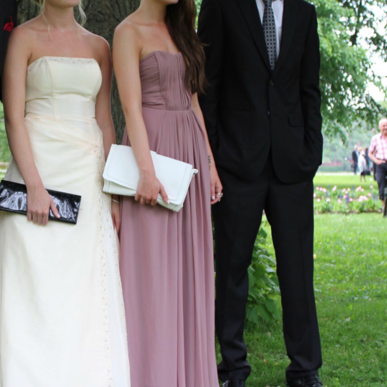 Balklänning, använd 1 gång. Sitter jättebra och säkert över bröstet tack vare silikonband. Fläckar, se bild 3. Hämtas på Gärdet.  . Klänningar.