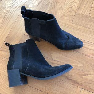 Slitna men snygga skor i konstmocka. Hämtas på Gärdet.