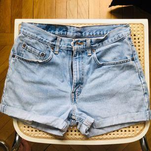 Världens finaste Levis 501 shorts som tyvärr är för små för mig.. strl 30 i midjan motsvarar en 36. I väldigt gott skick.