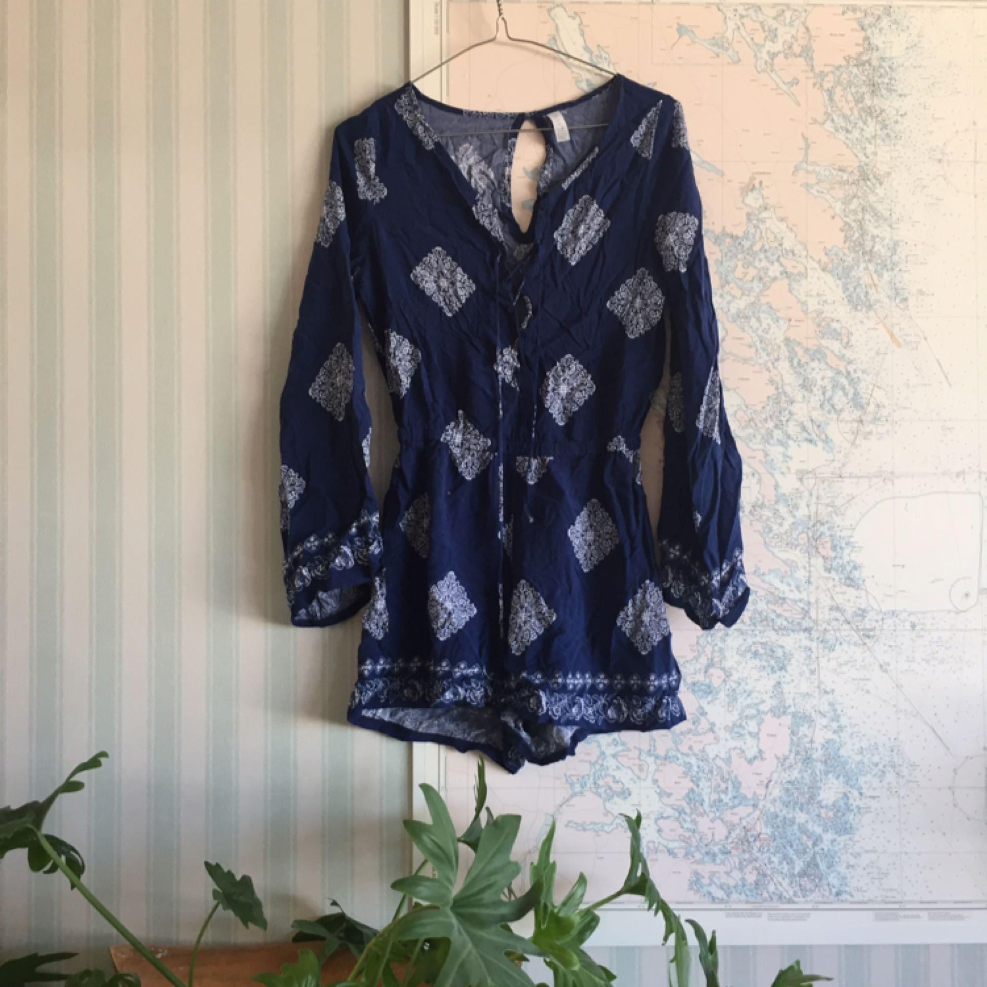 En jättefin jumpsuit i ett bohemiskt mönster med snörning fram, jättefin över bikinin på sommarn men även till skolan en varm dag! :). Jeans & Byxor.