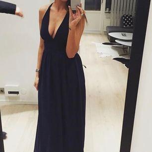 Mörkblå klänning. Perfekt till bröllop eller sommarkväll. Använd 1 gång.