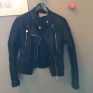 En Chiquelle moto jacket i storlek 38. Lagad på två ställen (bild 2 & 3) annars i fint skick!💘