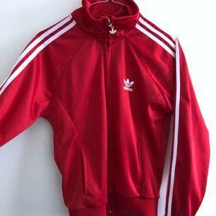 Adidas zipcrew-tröja. Storlek M, men sitter bäst på en S. Jättefint skicka, nästintill oanvänd. Köparen står för frakten! ✨⭐️