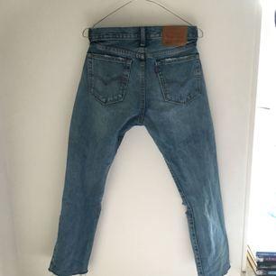 Levis jeans köpta från zalando. Säljer då de inte sitter bra på mig längre  Kan frakta mot kostnad eller mötas upp i Helsingborg :)