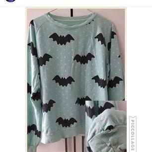 Super söt tröja från märket Hello Cavities. Har ägts av en annan säljare innan, och har ett hål vid slutet av ärmen (som man kan se på bilden) Är dock enkelt att fixa. (Priset kan diskuteras)