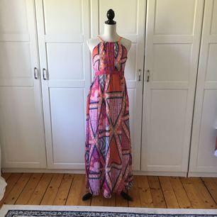 Mönstrad långklänning från H&M i storlek 36.  Köparen står för ev frakt.