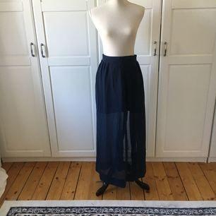 Marinblå långkjol med slits från Bik Bok i storlek medium.  Köparen står för ev frakt.
