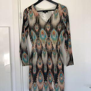 Mönstrad klänning från DryLake med snörning i midjan. Aldrig använd.