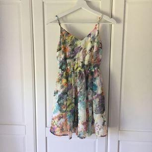 Kort klänning från Forever21 i storlek small.  Köparen står för ev frakt.