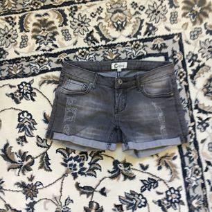 Gråa shorts från Cubus i storlek 34. Köparen står för ev frakt.