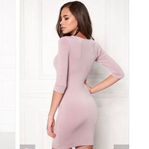 Supersnygg klänning med smickrande öppning ovanför bysten, från BUBBLEROOM. Klänningen är tillverkad i ett mjukt och stretchigt material med lätt glans. Köpt för: 399 kr + 79 för tull. Klänningen är oanvänd med etiketten på.